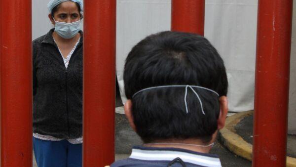 Una reja divide a pacientes y familiares en el Hospital Enrique Cabrera.