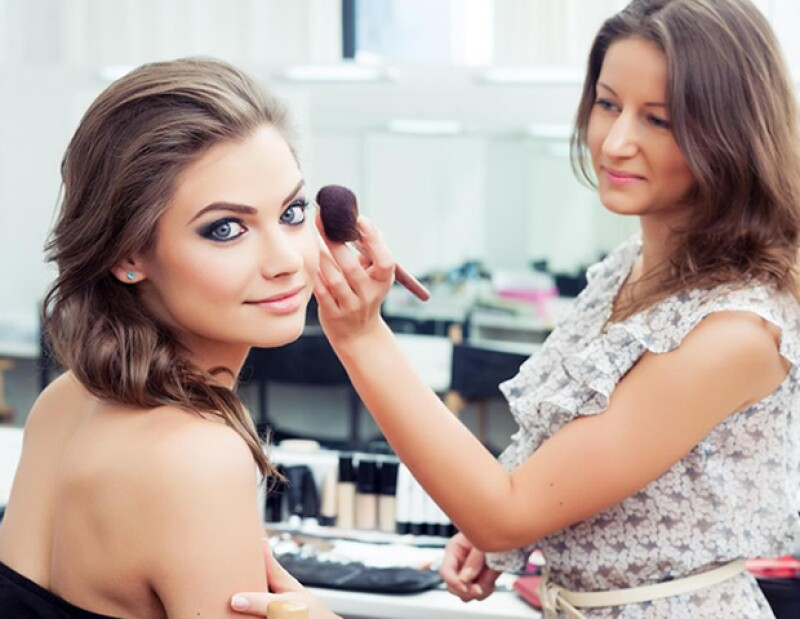 Evita compartir maquillaje. Si no tienes otra opción, recuerda limpiar muy bien tus brochas.