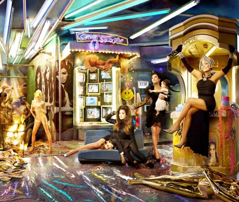 La fotografía incluye un cajero autómatico y dejó fuera a las parejas de las hermanas Kardashian: Lamar Odom, Scott Disick y Kanye West.