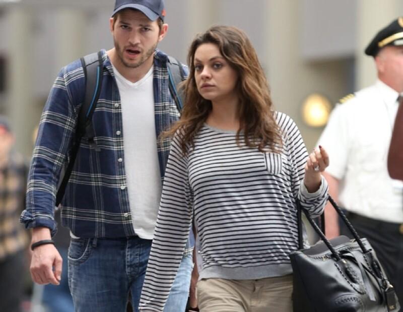 MIla y Ashton en el aeropuerto de Los Ángeles, California, de regreso de Lousiana.
