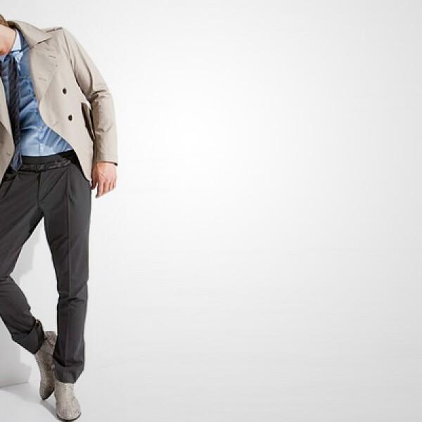 Con un toque inglés, esta opción incorpora una gabardina en color caqui, camisa de seda en color azul y pantalones con pinzas al frente.