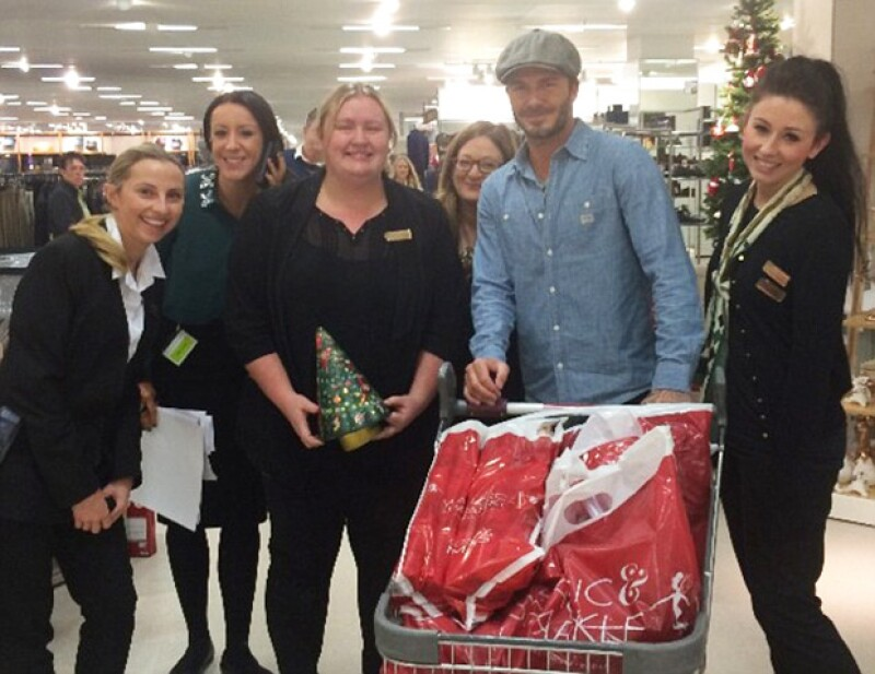 El guapo futbolista sorprendió a clientes y trabajadores de una tienda londinense al hacer una genuina parada para abastecerse de lo necesario para Navidad, durante el fin de semana.