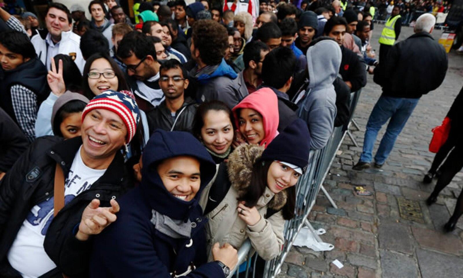 En la vía Regent Street de Londres, 1,300 personas hicieron fila para comprar el teléfono, casi el doble de la cantidad que esperó por el modelo previo.