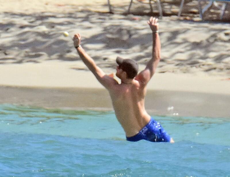 Harry jugando pelota en Jamaica