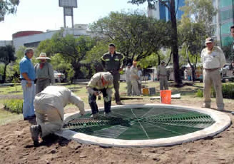 Trabajadores realizan los preparativos en la colonia Lomas de Chapultepec, en donde se le rendirá un homenaje a Mouriño. (Foto: Notimex)