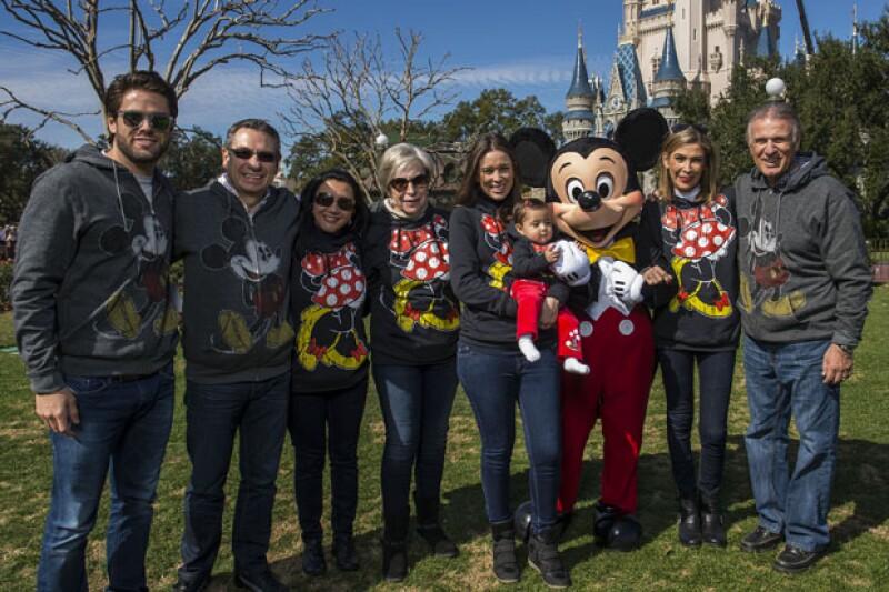 Jacky viajó con su hermano Jesús Bracamontes, sus amigos Óscar Arroyo y su esposa Liz Durazo; su suegra Virginia Telich y sus papás Jacqueline Van Hoorde y Jesús Bracamontes.