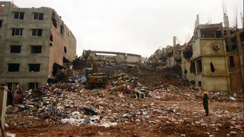 Rescatistas buscan en escombros de Bangladesh
