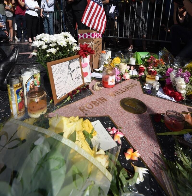 Varias personas han llevado flores y recuerdos a forma de tributo a la estrella del actor en el Paseo de la Fama de Hollywood.