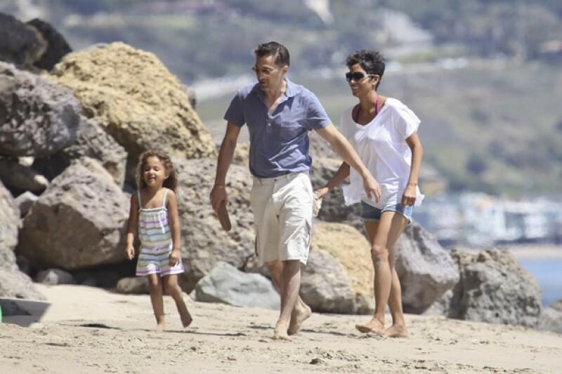 Así fueron captados Nahla, Olivier y Halle hace un año en las playas de Malibú.