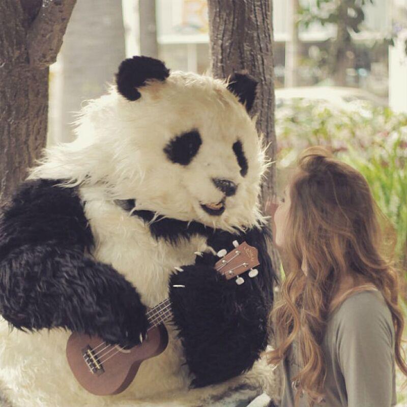 El videoclip estrena justo a tiempo para derretir a los enamorados en San Valentín.