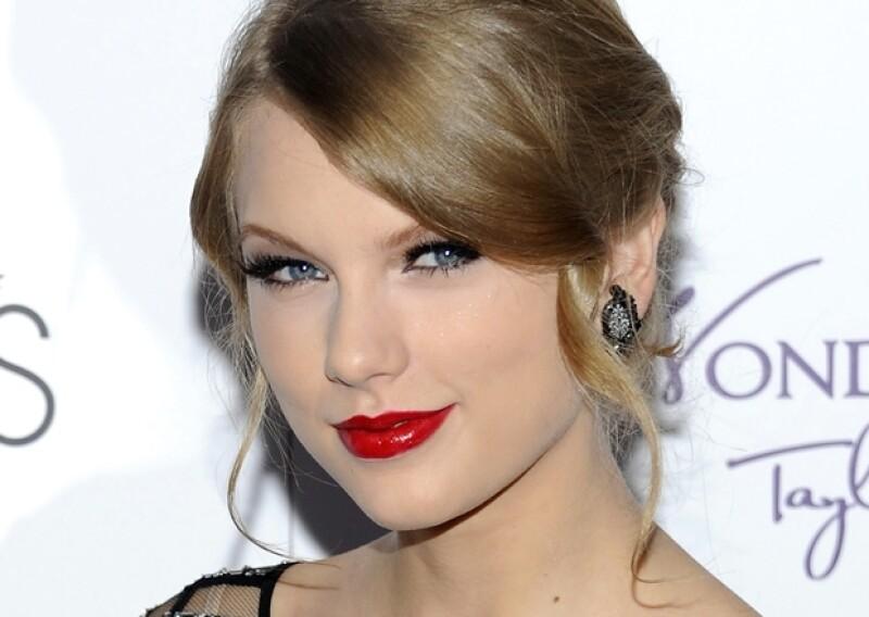 Taylor Swift es la experta en labios rojos y sabe que del resto de la cara sólo hay que enfatizar las pestañas.