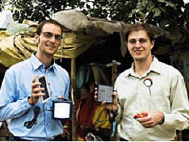 Los fundadores de D.Light, Nedjip Tozun y Sam Goldman, se conocieron en Stanford. (Foto: CNNMoney.com)