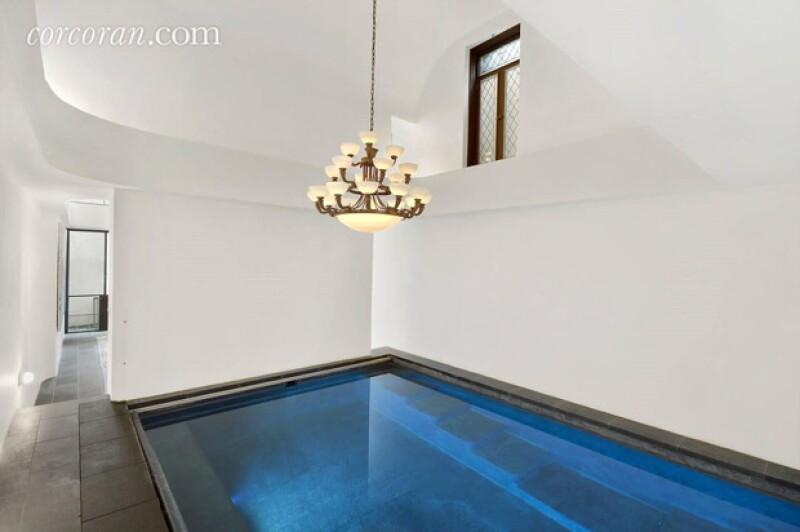 Una piscina dentro de la casa.