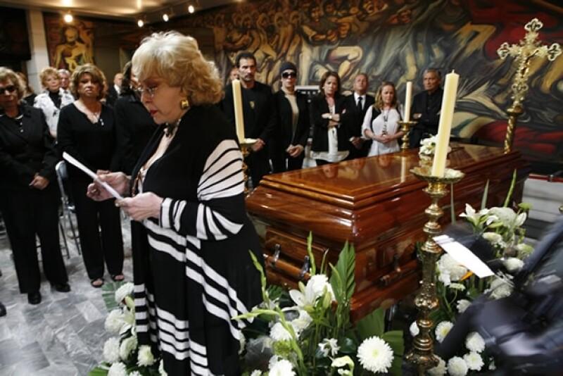 Silvia Pinal, secretaria general de la Asociación Nacional de Actores, encabezó la ceremonia de cuerpo presente durante el homenaje en el teatro Jorge Negrete.