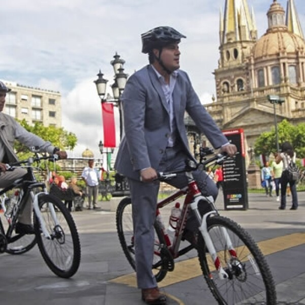 El gobernador de Jalisco Aristóteles Sandoval viajó en bicicleta por Guadalajara
