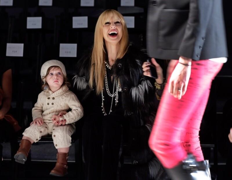 Rachel Zoe tomando el brazo de su hijo Skylar.