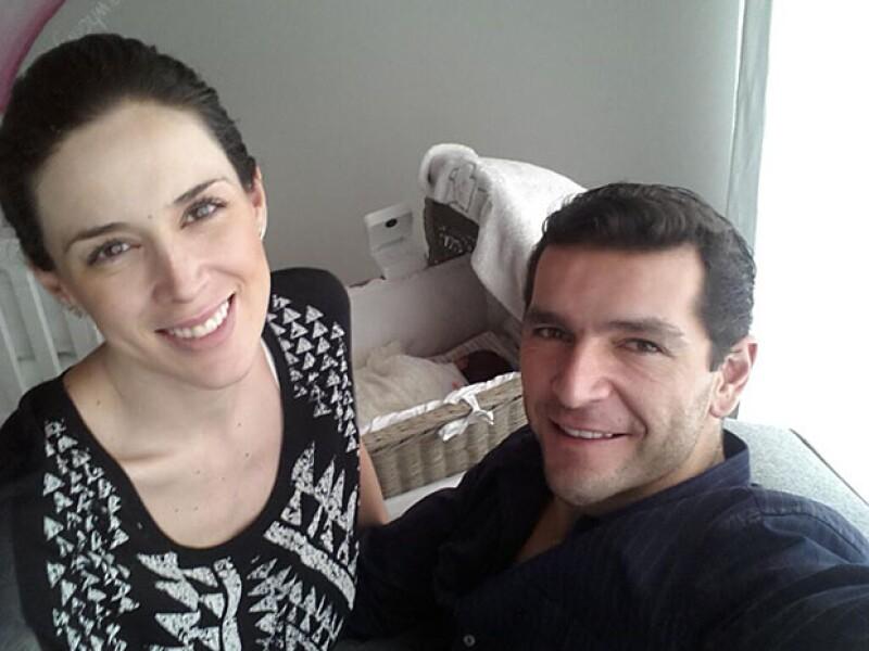 Jacky Bracamontes y Martin Fuentes compartieron una tierna imagen junto a la pequeña de menos de días de nacida.