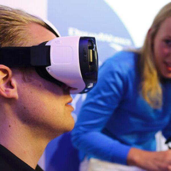 La empresa también mostró un visor de realidad virtual llamado Galaxy Gear VR.