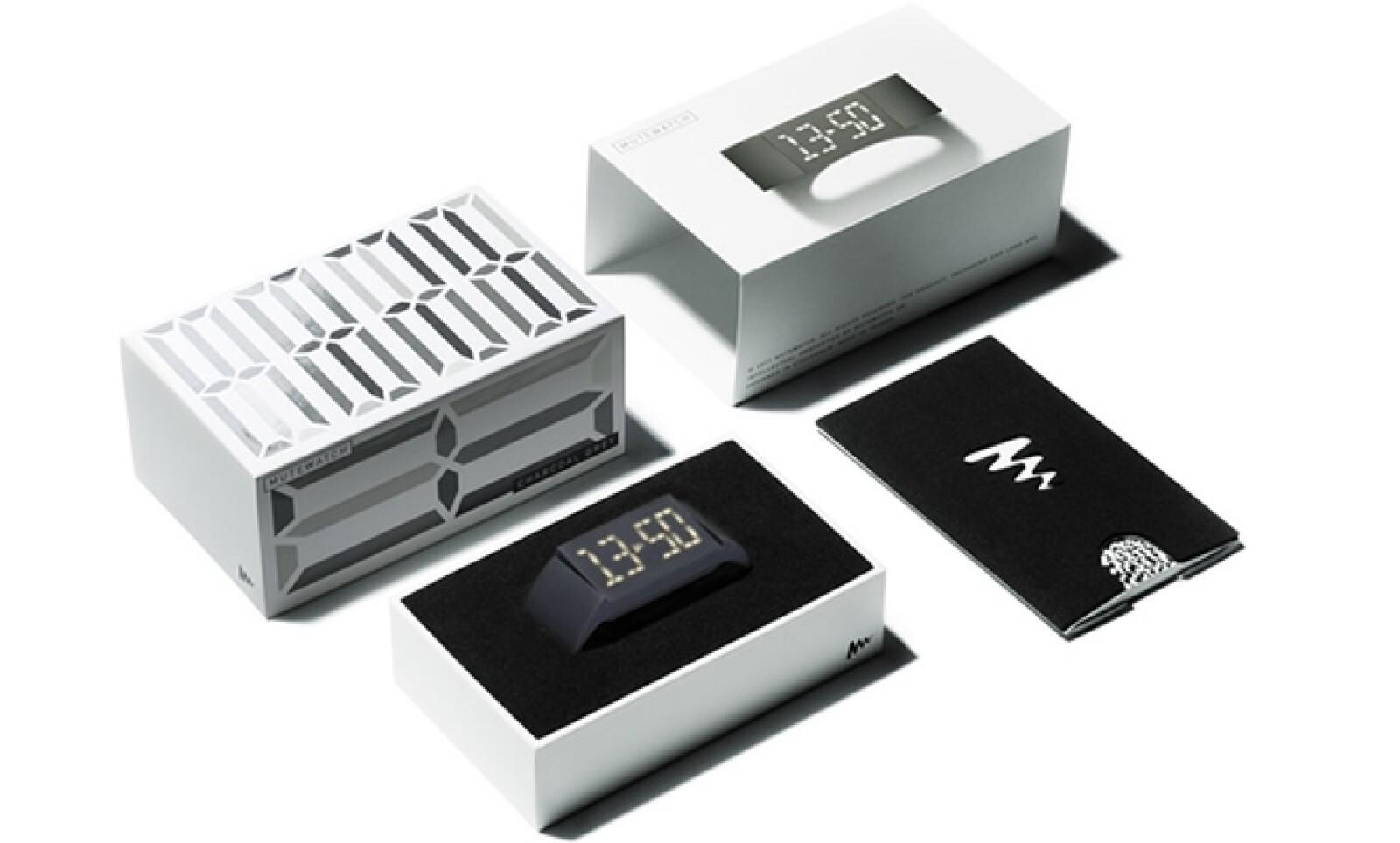 Minimalista al extremo, este diseño alemán tiene una pantalla tipo LED que se mantiene oculta hasta que el usuario presiona un botón para mostrar la hora.