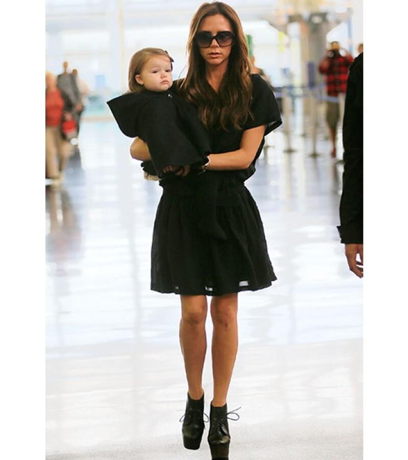 La diseñadora, de 38 años, demuestra ser buena madre llevando a su pequeña Harper Seven a donde quiera que va.