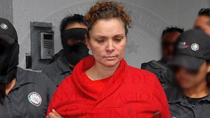 Momentos en los que María de los Ángeles Pineda Villa es trasladada a un penal federal de Nayarit