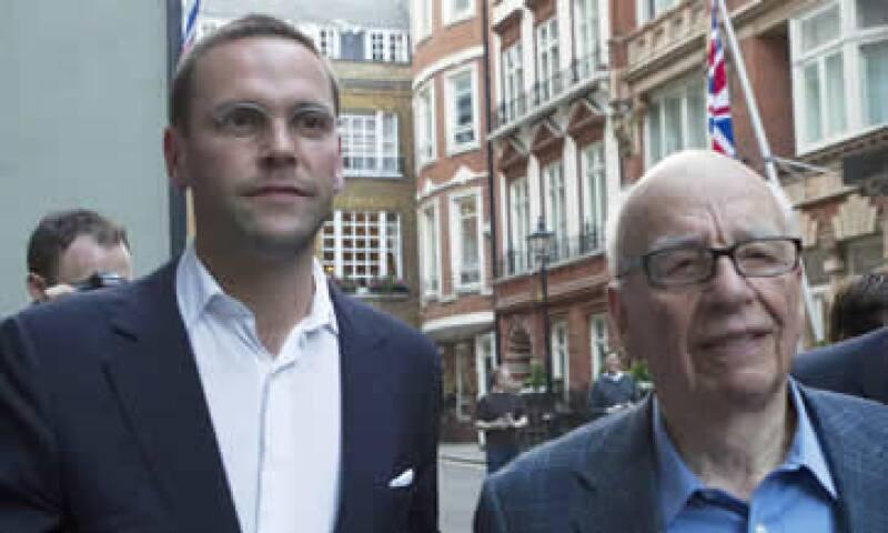 Rupert Murdoch (der) con su hijo James (izq) quien lo relevará en  21st Century Fox. (Foto: Reuters )