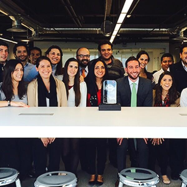 Trabajo en equipo. El director de GBM Digital, Javier Martínez, comparte la emoción con sus colaboradores. La multiplataforma venció en su categoría a la página de micro préstamos Mimoni y a la estrategia digital para pymes de American Express.