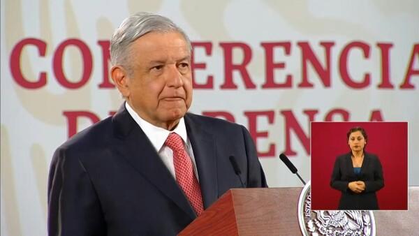López Obrador se ha caracterizado por mantener contacto físico con cualquiera que se le acerca, en contra de las recomendaciones de las autoridades de salud para evitar la propagación del virus.