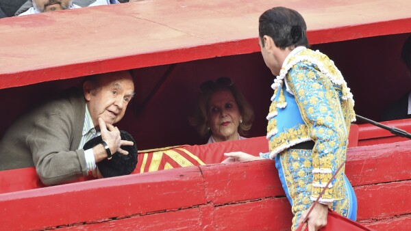 Enrique Ponce brinda su primer toro a Alberto Bailleres