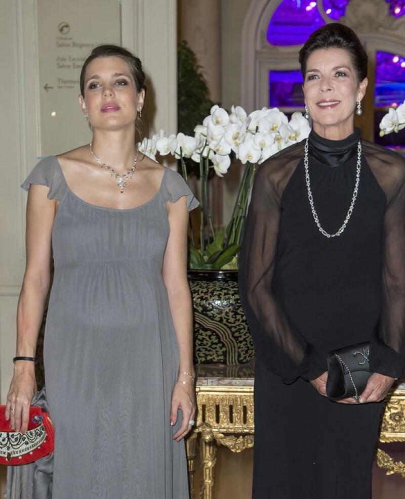 Carlota y su mamá Carolina lucieron elegantes y clásicas.