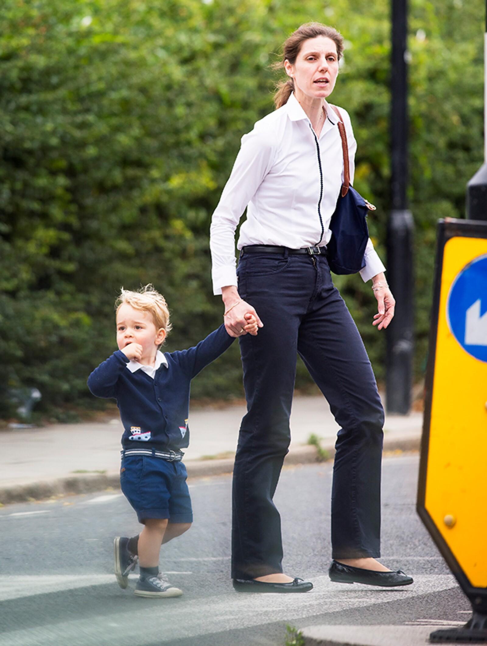 Nos encanta el look navy de George. Aquí de paseo al parque acompañado por su niñera Maria Borallo.