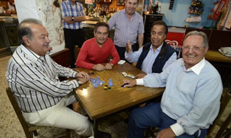 Los empresarios permitieron a los periodistas atestiguar sus partidas de dominó. (Foto: EFE)