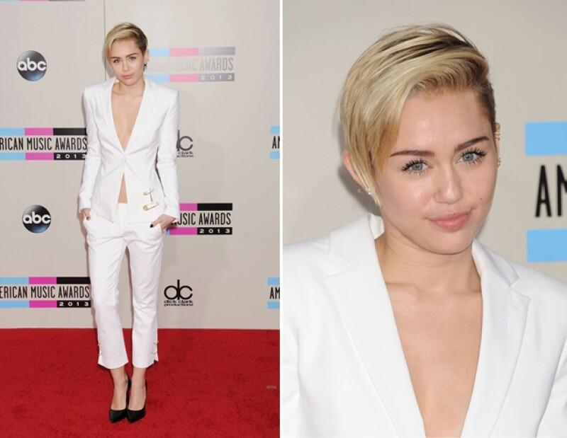 Miley caminó por la alfombra roja en un tuxedo blanco.