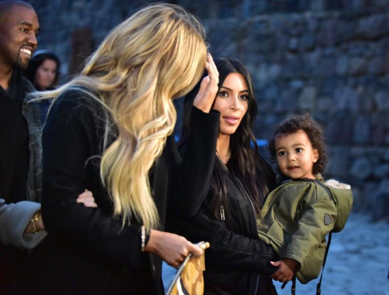 Kim sostenía a North en brazos durante su recorrido por una provincia de Armenia.