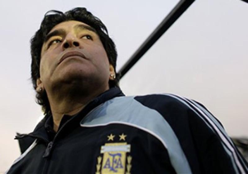 """El astro del futbol argentino es homenajeado con una bebida clara y un estilo """"sencillito"""".   (Foto: AP)"""