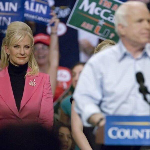 Cindy McCain no dejó solo a su esposo en esta maratónica jornada. Ella es la presidenta de Hensley and Co, empresa fundada por su padre y que es una de las principales distribuidoras de la cerveza Anheuser-Busch.