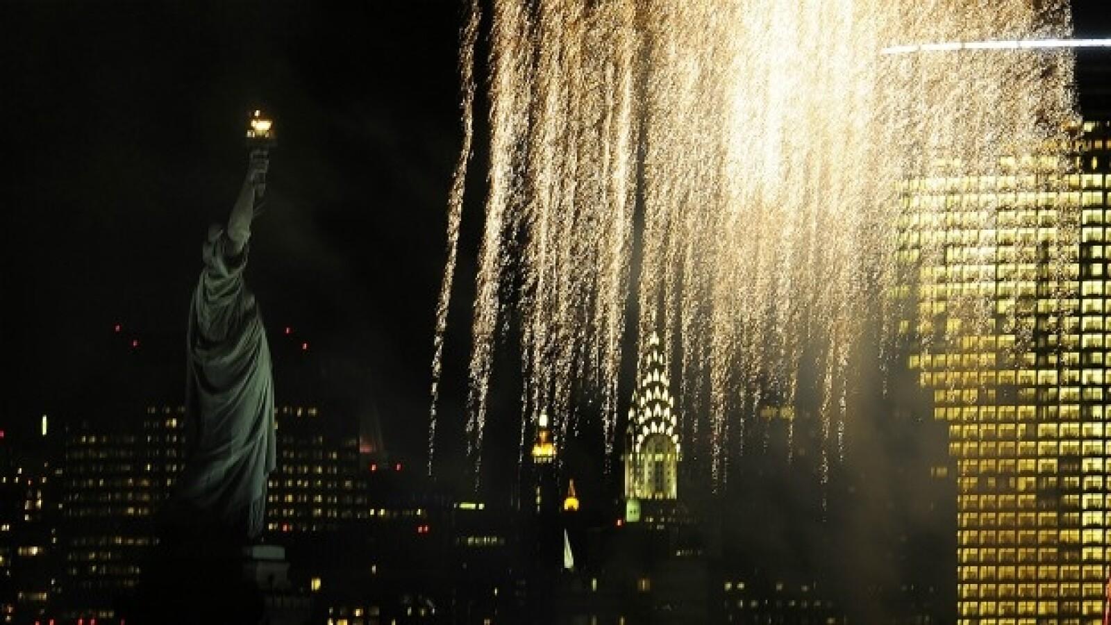 fuegos artificiales por el aniversario de la estatua de la libertad