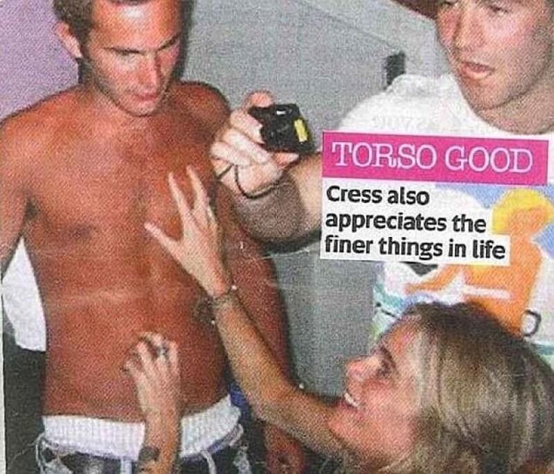 En esta imagen vemos a la socialité tocando el abdomen de un joven.