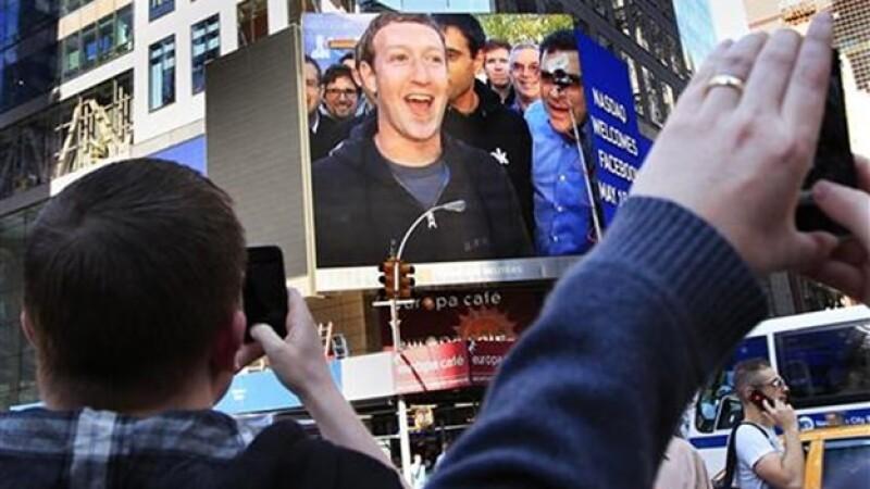 imagen de mark zuckerberg proyectada en una pantalla en nueva york