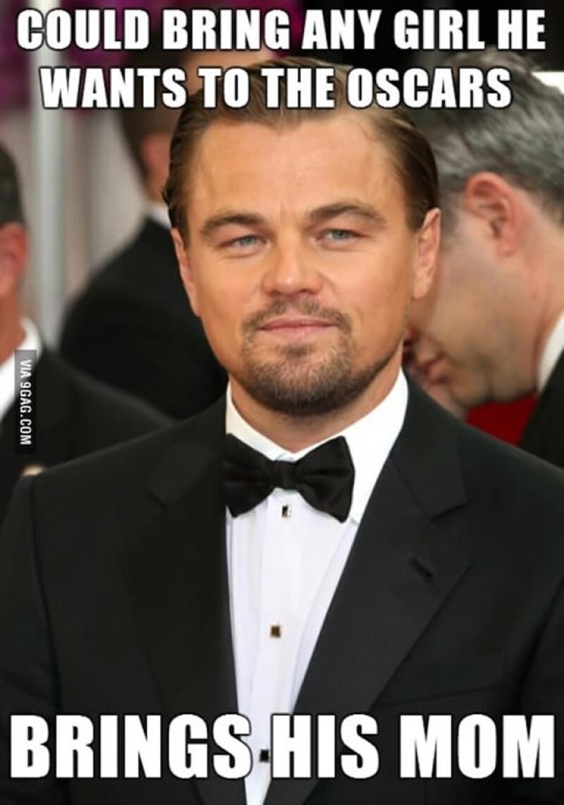 Leonardo DiCaprio llegó del brazo de su mamá y desfiló con ella en la alfombra roja... por supuesto que no hicieron esperar los chistes al respecto.