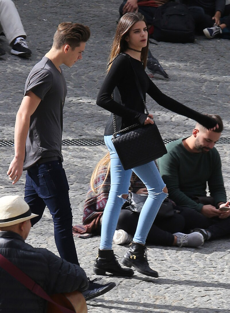 El joven de 16 años fue visto en la ciudad del amor paseando con la guapa actriz.