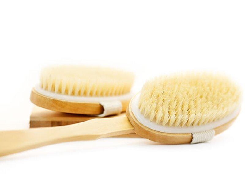 Si estás buscando una manera fácil, buena y barata de exfoliar la piel, mejorar tu circulación y hasta eliminar la celulitis, entonces el cepillado en seco es ideal para ti.