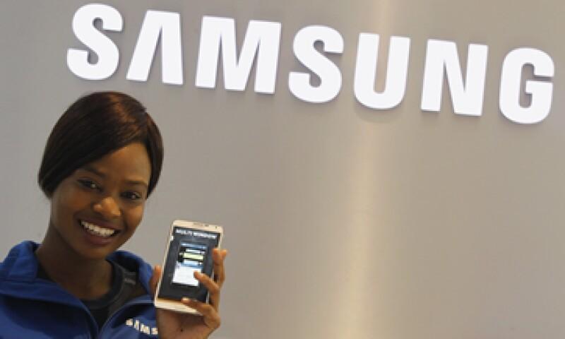 Samsung se vio beneficiada por sus productos más baratos y no por sus móviles más sofisticados, dijo IDC. (Foto: Reuters)