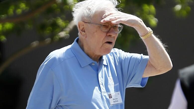 Warren Buffet, CEO de Berkshire Hathaway, a su salida de la primera sesión de la reunión en Sun Valley.