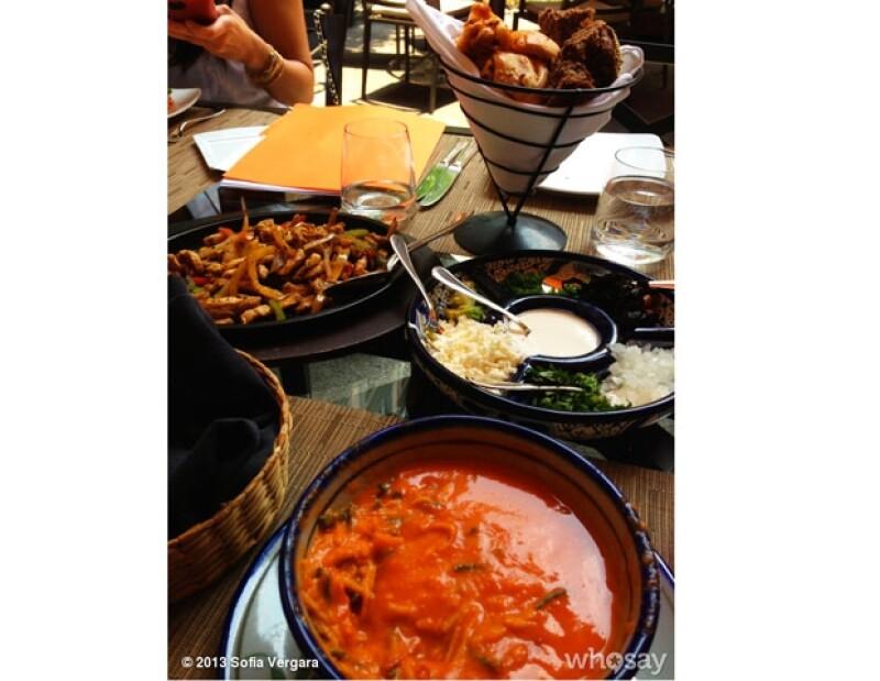 La colombiana degustó una tradicional comida mexicana.