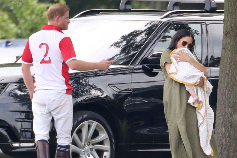 Meghan y Harry con su bebé Archie durante un partido de polo