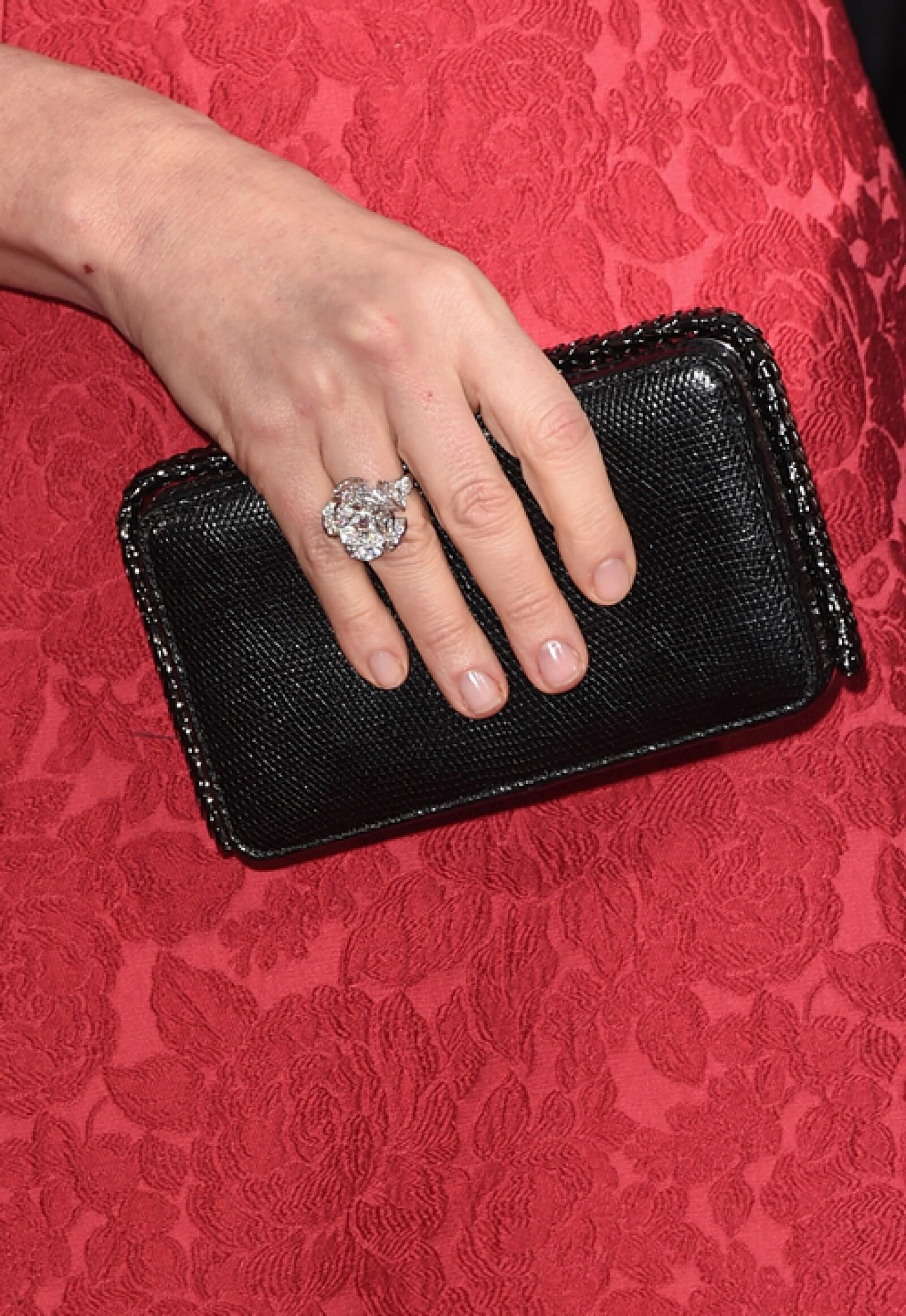 También de Bulgari, Julianna eligió un anillo DIVA en oro blanco con un diamante en corte redondo brillante y diamantes Pavé.