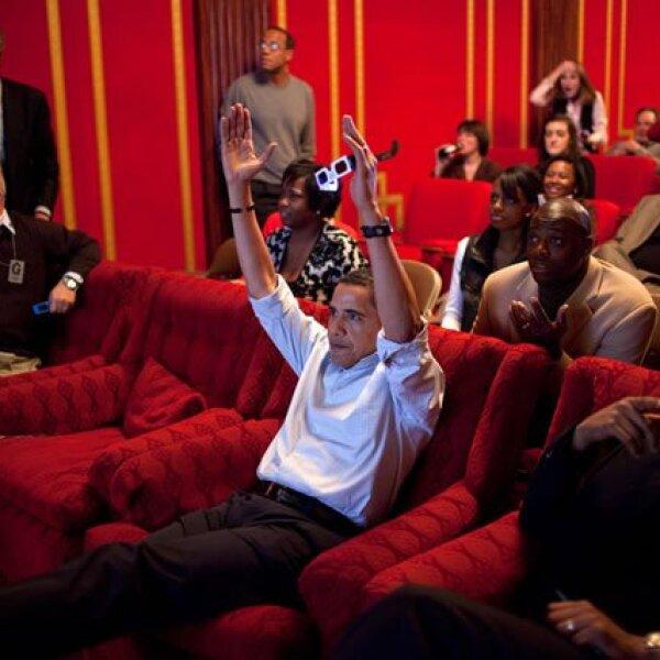 Obama sostiene unos lentes de tercera dimensión mientras observa el Super Bowl en el teatro familiar de la Casa Blanca. Entre los invitados estaban familiares, amigos y miembros de su staff.