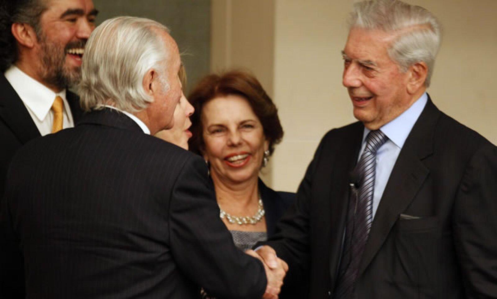 Carlos Fuentes se reunió con el premio Nobel de Literatura, Mario Vargas Llosa, después de una conferencia sobre innovación educativa, el 3 de marzo de 2011, en la Ciudad de México.
