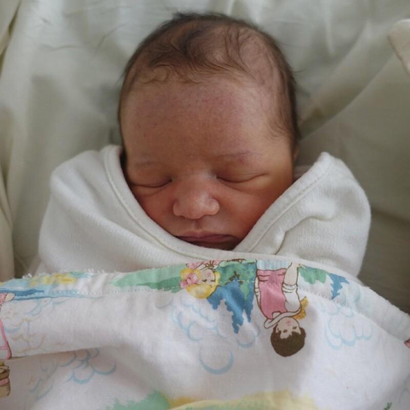 Con esta tierna imagen de su hijita recién nacida, Milla Jovovich anunció que ya es mamá otra vez.